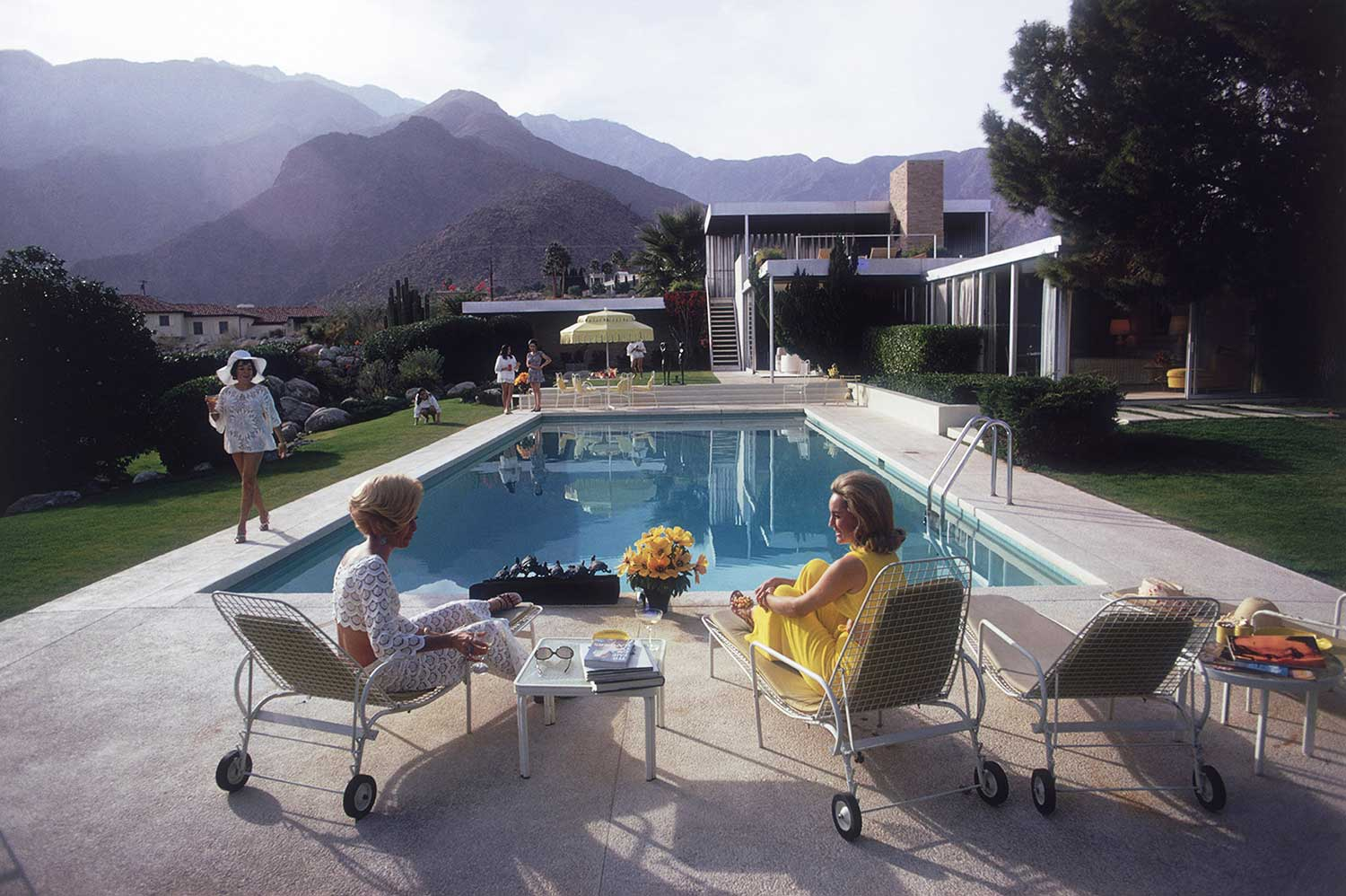 Poolside Gossip at Kaufmann House by Richard Neutra / Photo by Slim Aarons | Yellowtrace