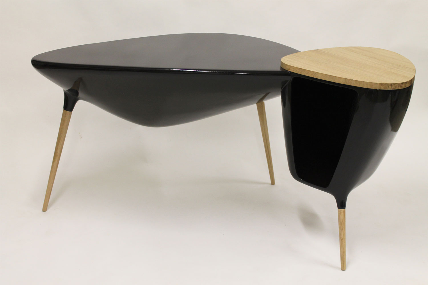 Tripode Desk by Binôme at Design Days Dubai 2014 | Yellowtrace