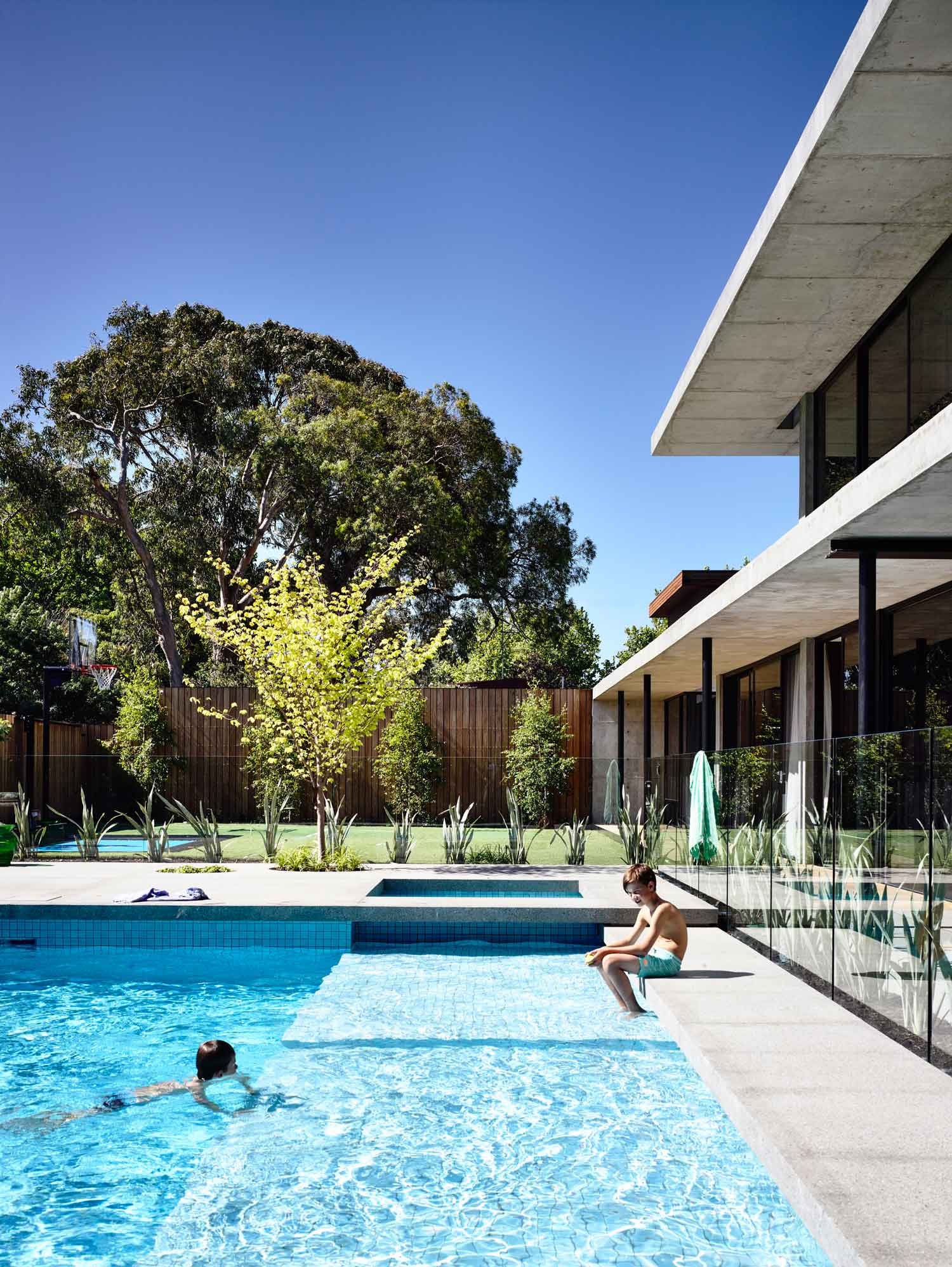 Wolseley residence in melbourne 39 s brighton by mckimm for Piscine brighton