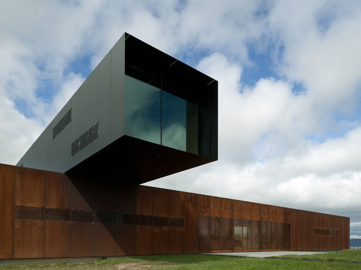View Hill House by DCM Architect / Photo Richard Glover   Yellowtrace