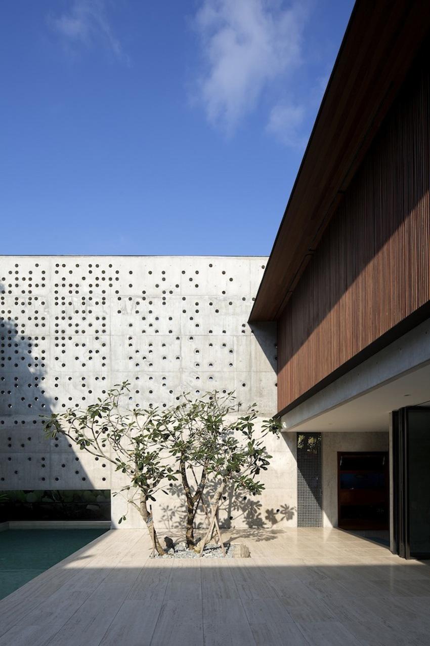 The Courtyard House by Formwerkz Architects | Yellowtrace
