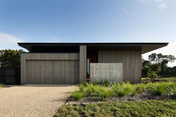 House Under Eave in Pt Wells, New Zealand | Yellowtrace
