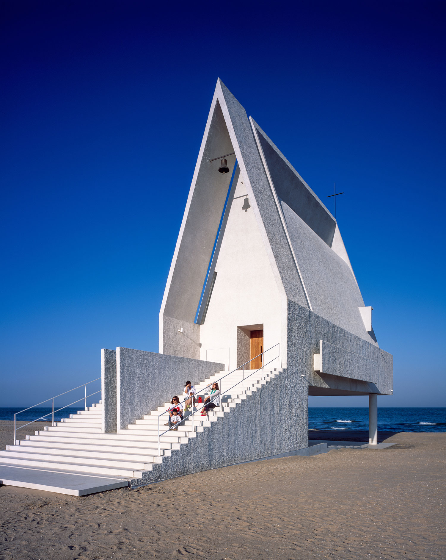Seashore chapel on a chinese beach by vector architects for Architecture courbe
