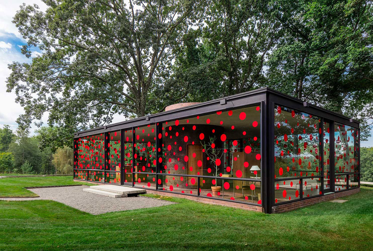 yayoi kusama at philip johnson 39 s glass house. Black Bedroom Furniture Sets. Home Design Ideas