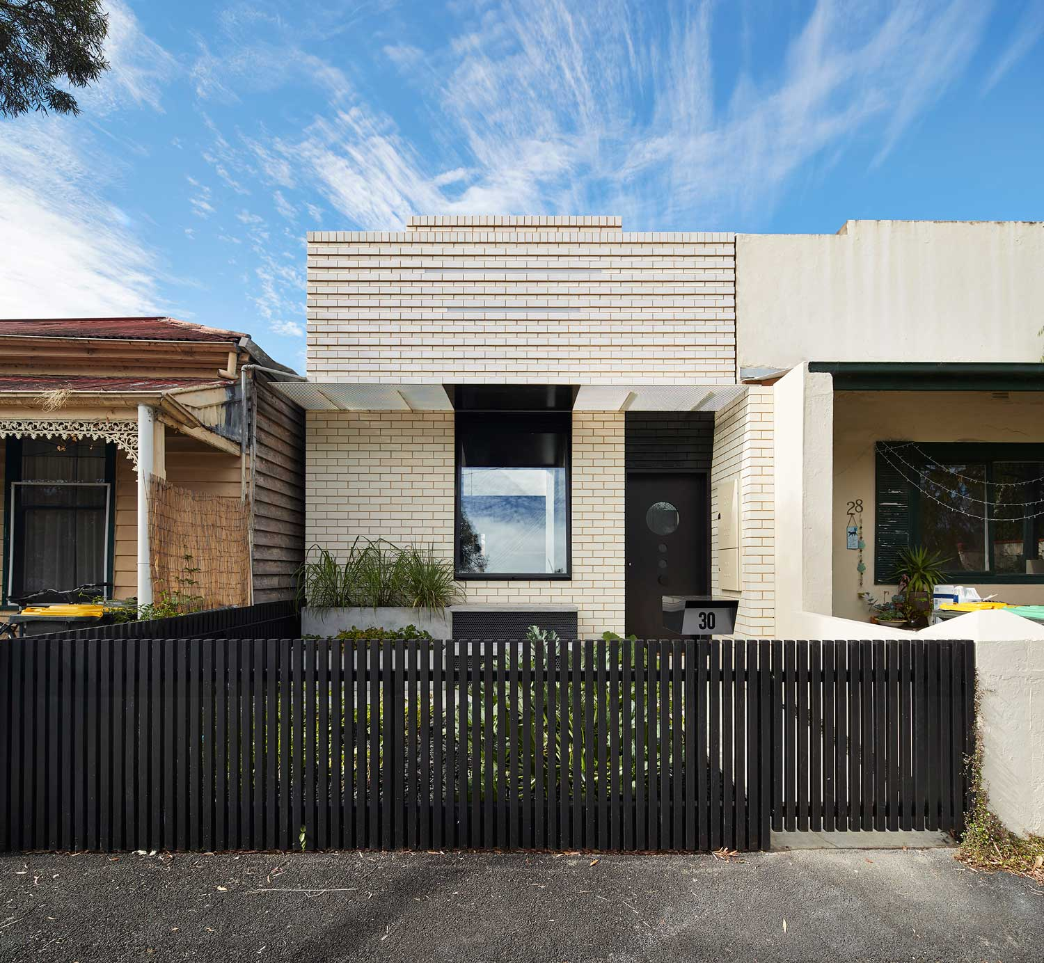 Dark Horse House Extension By Architecture Architecture Yellowtrace - The-contemporary-black-and-white-house-by-agi-architects