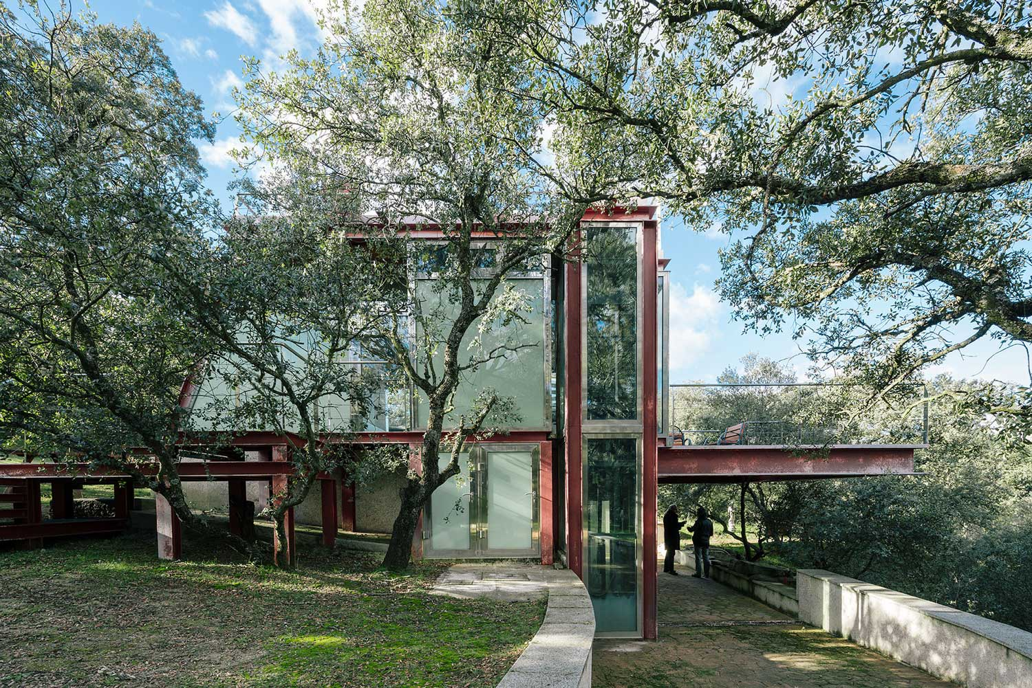 The hidden pavilion in madrid spain by penelas architects yellowtrace - Glass house show ...