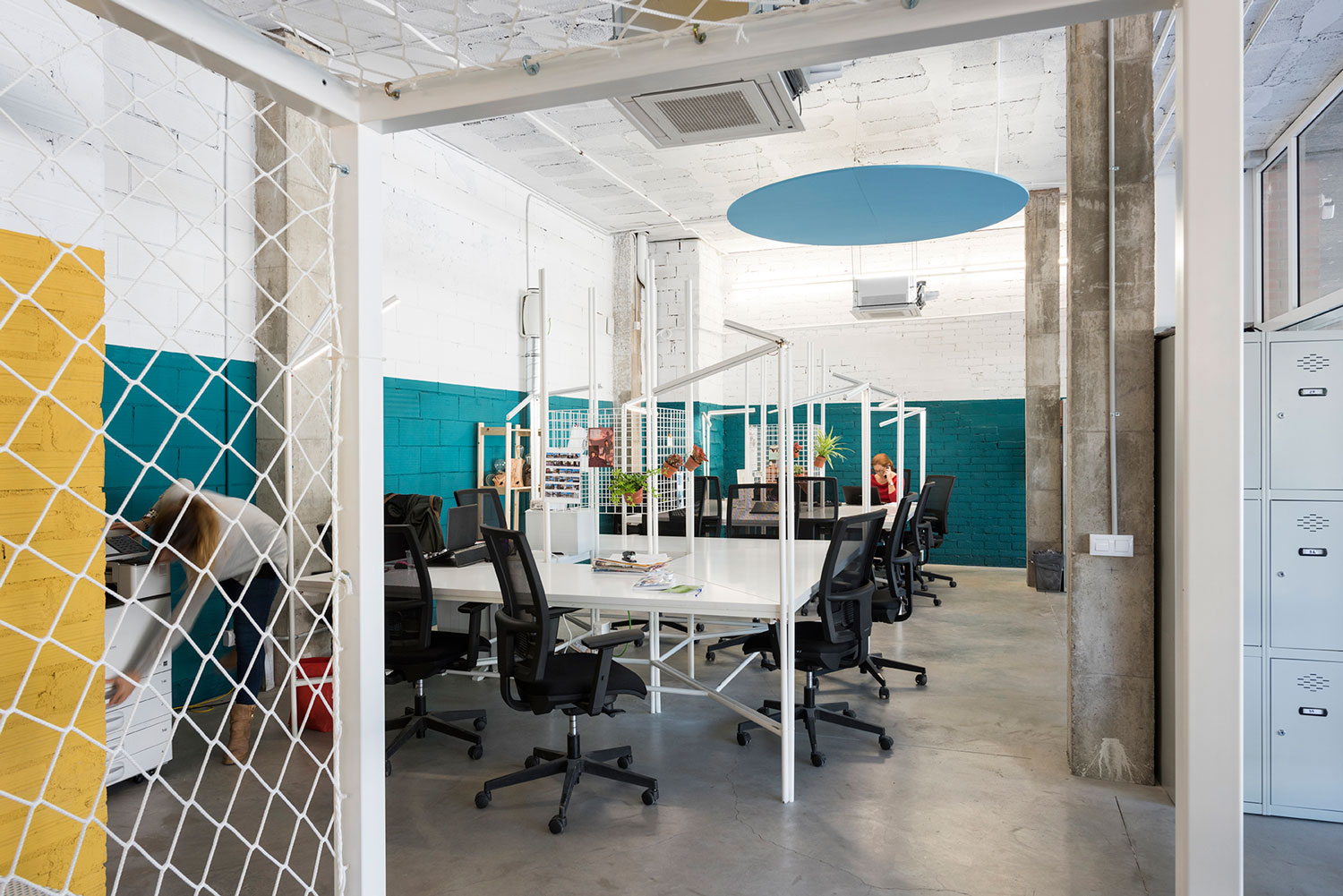 Sin rgics social co working space in barcelona by casa for Office interior solutions