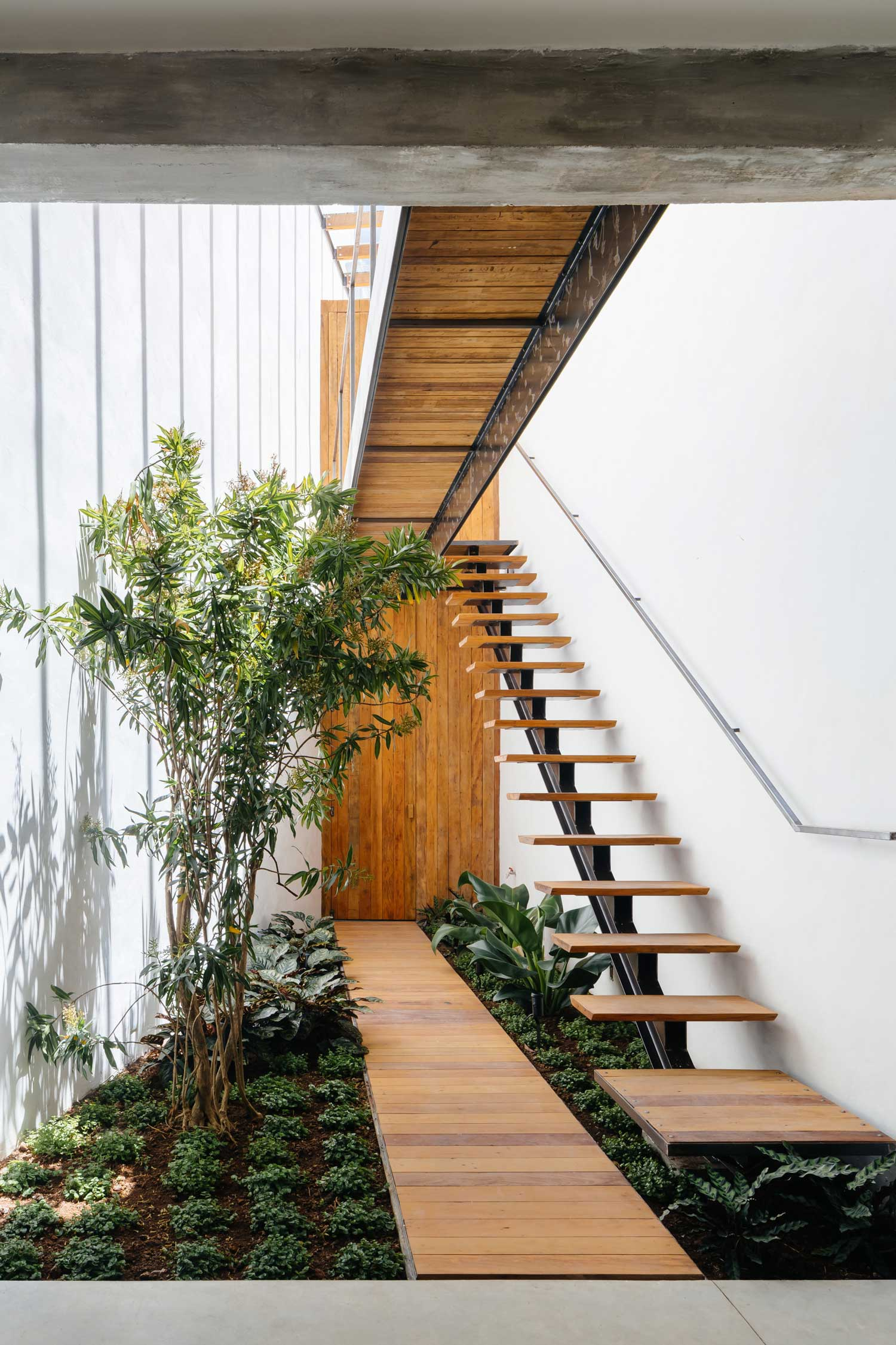 Best 25 Modern Staircase Ideas On Pinterest: Retail Store With An Indoor Garden In São Paulo By Vao