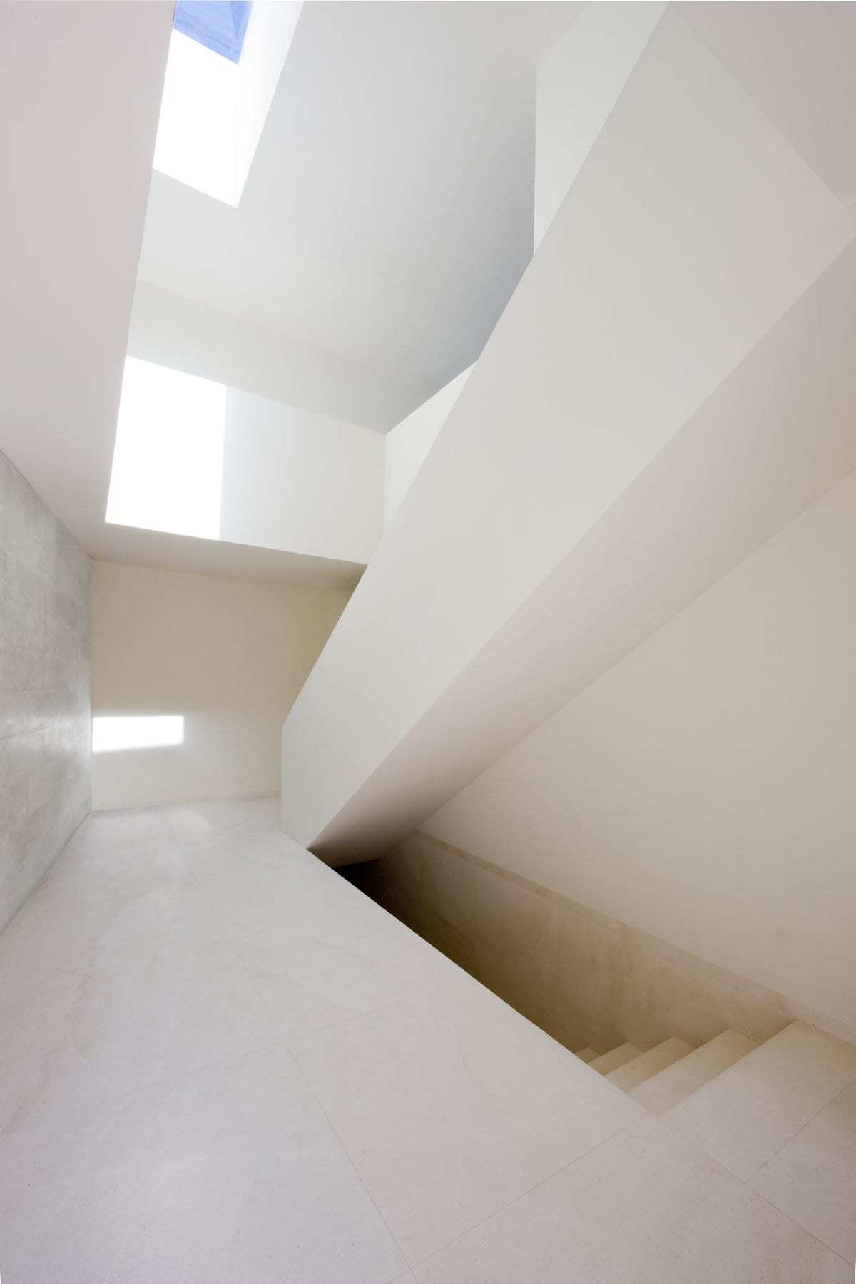House on the Castle Mountainside by Fran Silvestre Arquitectos | Yellowtrace
