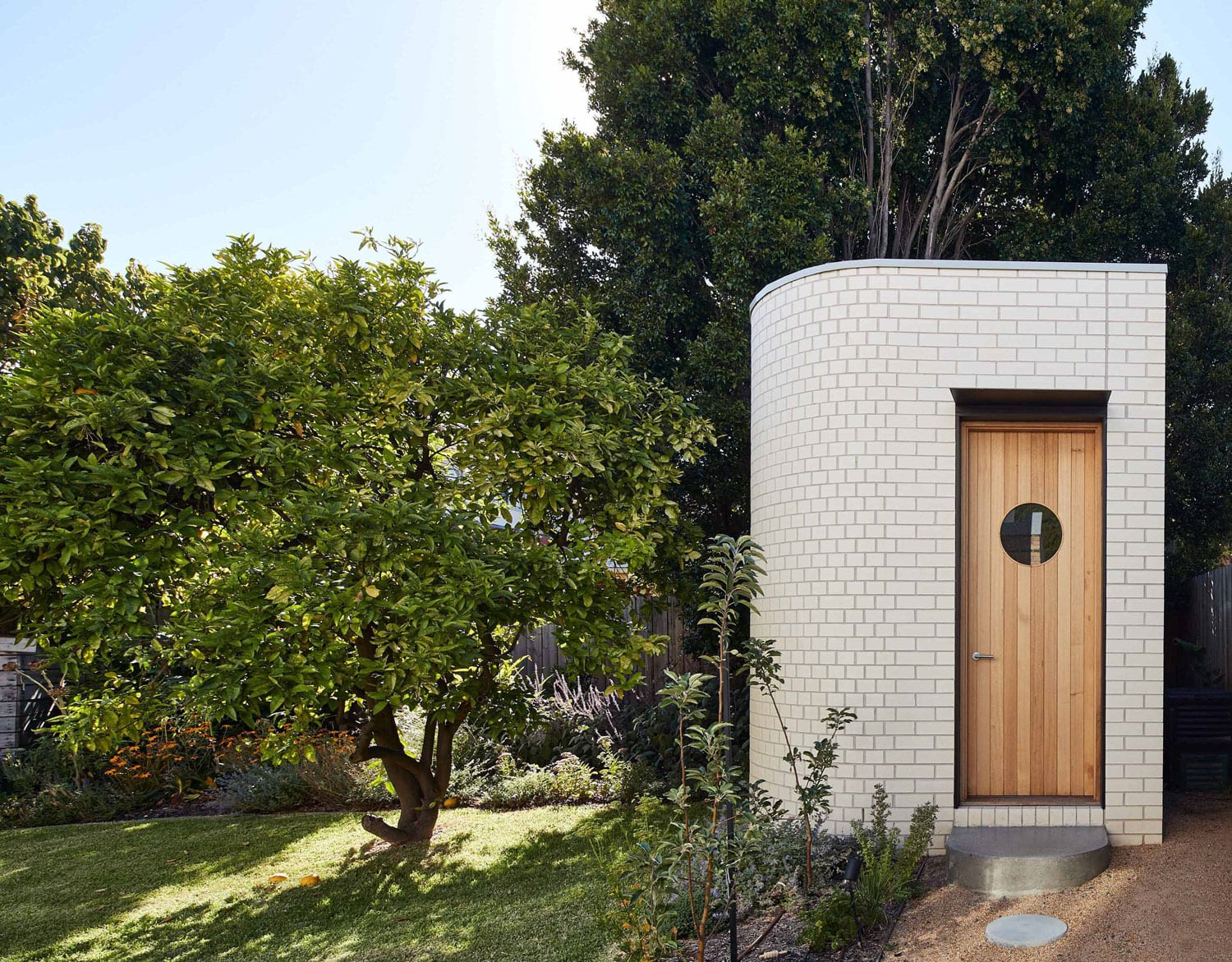 Streamline Modern House by FOLK Architects. Photography by Peter Bennetts | Yellowtrace